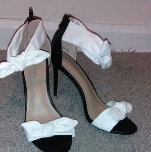 BCBG Girls Black And White Bow Sandals Sz 8